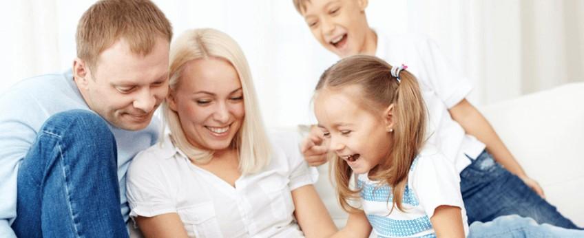 een blije familie door het comfort van een slimme thermostaat