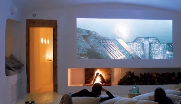 een stel kijkt naar een film in home cinema setting